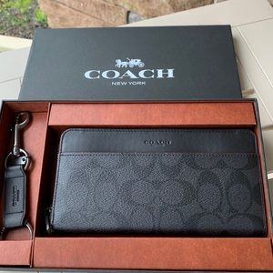 Authentic Coach sign. Leather zip wallet/keychain